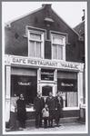 WAT001002892 café restaurant 't Haasje.Tweede van links Cornelis Johannes Vijselaar, geboren op 2 februari 1898 te ...