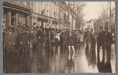 WAT001002897 Als gevolg van een zware noordwester storm brak in januari 1916 de Waterlandse Zeedijk tussen Monnickendam ...