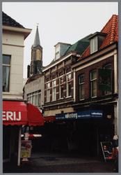 WAT001003056 Hoek Kaasmarkt, Hoogstraat met links een slagerij, in het midden de toren van de Lutherse kerk en rechts ...