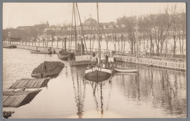 WAT001003109 Als gevolg van een zware noordwester storm brak in januari 1916 de Waterlandse Zeedijk tussen Monnickendam ...