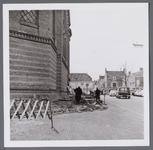 WAT001003195 Links de Koepelkerk uit 1853, gebouwd in opdracht van de Hervormde gemeente. Het ontwerp was van ...