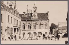 WAT001003221 Links het oude stadhuis.Rechts de voormalige Kaaswaag in neo-renaissancistische vormgeving gebouwd in ...