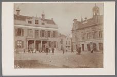 WAT001003223 Links het oude stadhuis. Rechts de voormalige Kaaswaag in neo-renaissancistische vormgeving gebouwd in ...