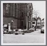 WAT001003257 Links de Koepelkerk uit 1853, gebouwd in opdracht van de Hervormde gemeente. Het ontwerp was van ...