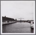 WAT001003295 Noodbrug over de Where, op de plaats van de vroegere trambrug.Links de oude neerzetloods van ...
