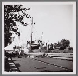WAT001003308 Houtdrukte aan de Kanaalschans. De Zaandamse haven lag vol en dat was de reden dat ze waren uitgeweken ...