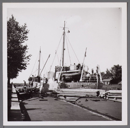 WAT001003310 Houtdrukte aan de Kanaalschans. De Zaandamse haven lag vol en dat was de reden dat ze waren uitgeweken ...