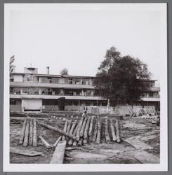 WAT001003317 In de naoorlogse jaren kende het Stadsziekenhuis verschillende uitbreidingen. Hier de bouw van de polikliniek.
