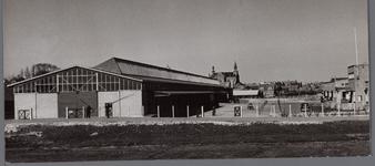 WAT001003441 Links de neerzetloods en rechts het afslaggebouw van groenteveiling B.P. en O. (Beemster, Purmerend en ...