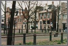 WAT001003403 Koemarkt v.l.n.r. met op de hoek de ABN.-AMRO,...., ...., café 't Amsterdammertje, café Vlaar, café Aad de Wolf.