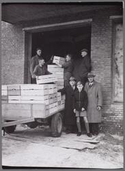 WAT001003456 Verlading van fruit uit het koelhuis van de veilingvereniging Beemster, Purmerend en Omstreken (B.P.&O) ...