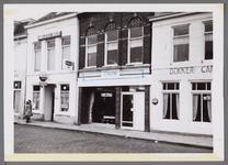 WAT001003561 Foto van links naar rechts, café Mastenbroek, fietsenstalling met daarnaast café Kanaalzicht/ Koffiehuis ...
