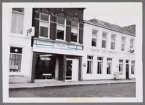 WAT001003562 Foto van links naar rechts, een café, fietsenstalling met daarnaast café Kanaalzicht/ Koffiehuis Dekkers.