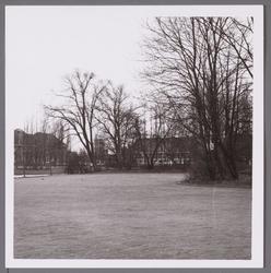 WAT001003643 Rechts de oude begraafplaats. Op de achtergrond de vroegere HBS in 1964 de scholen gemeenschap.