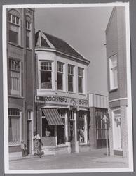 WAT001003648 Hoek Bultstraat Nieuwstraat met voor de deur mevrouw L. Eggersman-Boon.In het midden drogisterij 'de ...