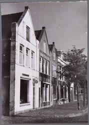 WAT001003649 Nieuwstraat nummer 73,75,77,79,81.Op de achtergrond de Willem Eggertschool.
