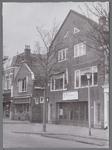 WAT001003660 Links fruit, groente,delicatessen en notenbar van de firma van J. de Lange aan de Nieuwstraat nummer 41. ...
