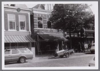 WAT001003662 In het midden Tromp's Vleesboetiek aan de Nieuwstraat nummer 37.