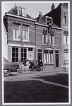 WAT001003668 Pand direct achter de handkar is van de huisschilder Jan Mobron, Nieuwstraat 51.