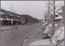 WAT001003704 Overlanderstraat met op de achtergrond het winkelcentrum Gildeplein in de Purmer-Noord.