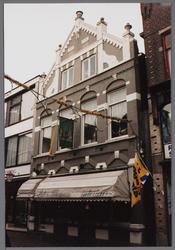 WAT001003801 Dit pand - oorspronkelijk apotheek - dateert van 1892 en is in opdracht van K. van Giffen gebouwd in ...
