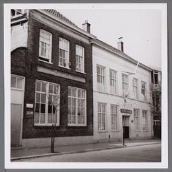 WAT001003975 Links de Eerste Christelijke school 'de Singel'. Daarnaast op nummer 10 de Gereformeerde 'Singelkerk' ...
