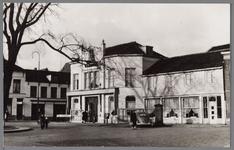 WAT001004069 Het Tramplein met links hotel-restaurant De Amsterdamsche Poort van Piet Arzbach en rechts hotel ...