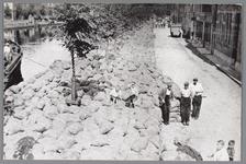 WAT001004090 Opslag van zakken met augurken langs de Venediën en verderop de Bierkade, gereed om te worden geveild door ...