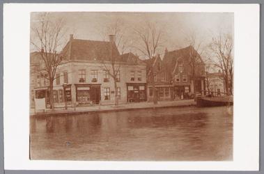 WAT001004167 Hoek Peperstraat/Oude Vischmarkt en de Where met links een winkel in juwelen, koralen en horlogie, ...