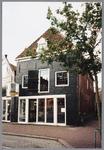 WAT001004176 Oorspronkelijk in vermoedelijk 1870 gebouwd als pakhuis, o.a. wijnopslag. Gemeentemonument.Hier: Joost ...