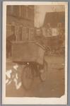 WAT001004232 Bakkersknecht G.v.d.Velden (zoon van Jan v.d. Velden die bij de gemeentereiniging werkte).Hij vent brood ...