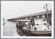 WAT001004290 Verslepen van woonarken in 1964 in verband met het dempen van de Where. Rechts veilinghal B.P. en O. ...