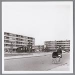 WAT001004497 Winkelcentrum Wormerplein met op de voorgrond een moeder met kinderwagen.