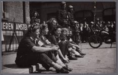 WAT001005570 Bevrijding mei 1945.Verzorgers v.d. B.s. v.l.n.r. zittend Ali Schreuder ( later mevr. Beuse) mej. Pels ( ...