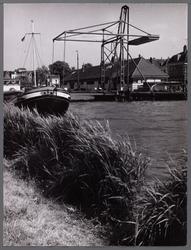 WAT001008042 Noodbrug (2 dagen oud) over de Beemsterringvaart in verband met vernieuwing Beemsterbrug. Rechts ...
