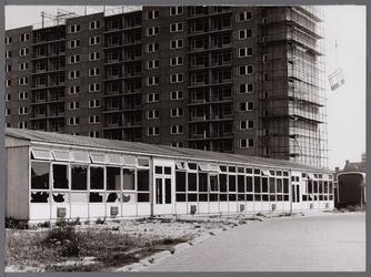 WAT001008111 De O.B.S. Botterschool in de vernieling. Op de achtergrond laatste flat aan de Anne Frankstraat in aanbouw.
