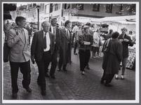 WAT001008129 Commissaris der Koningin van Noord-Holland Jos van Kemenade op marktbezoek in Purmerend ( 2 persoon van ...