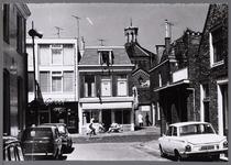 WAT001008387 Willem Eggertstraat 14, gezien vanuit de Weeshuissteeg. Links daarnaast op nummer 16: het pand van de ...
