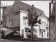 WAT001008403 Links: Café Marees, daarnaast het pand van J.Poland, gedistilleerd, likeuren.