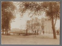 WAT001008573 Vanaf 1902 vond de eerste uitbreiding plaats buiten de 17e eeuwse omwalling. In 1904 werden de eerste ...
