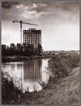 WAT001008559 Links: aanleg flatgebouw Proned. Rechts: Zwembadbruggetje.