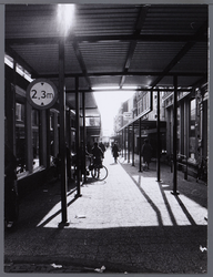WAT001008618 De beluifelde en tot voetgangersdomein verheven Hoogstraat, vanaf de Kaasmarkt gezien.