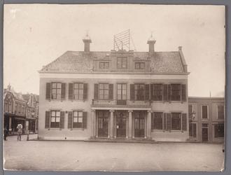 WAT001008818 Het oude Stadhuis te Purmerend, afgebroken in 1911. Het gebouw is eerder tweemaal verbouwd en in 1633 door ...