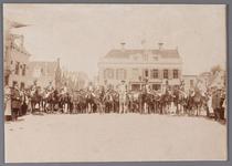 WAT001008821 Herdenking met de cavalerie op de Kaasmarkt te Purmerend.Op de achtergrond het oude Stadhuis te Purmerend, ...