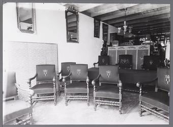 WAT001008840 Nieuwe stoelen voor de raadszaal van het stadhuis