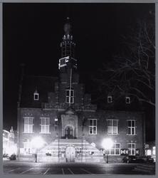 WAT001008841 Neonrenaissancistisch stadhuis van Purmerend bij avond. Gebouwd in de jaren 1911-1912 naar ontwerp van ...