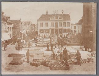 WAT001008862 Kaasmarkt te Purmerend, op een gegeven moment de twee na grootste van Nederland. Midden het oude Stadhuis ...