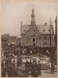 WAT001008864 Kaasmarkt te Purmerend, op een gegeven moment de twee na grootste van Nederland. Midden het Stadhuis te ...
