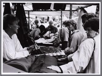 WAT001008876 Lappenmarkt.Geschiedenis van de lappenmarkt. Het fenomeen lappenmarkt is oud. Maar de lappenmarkt van toen ...