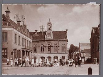 WAT001008881 Het oude Stadhuis te Purmerend, afgebroken in 1911. Het gebouw is eerder tweemaal verbouwd en in 1633 door ...